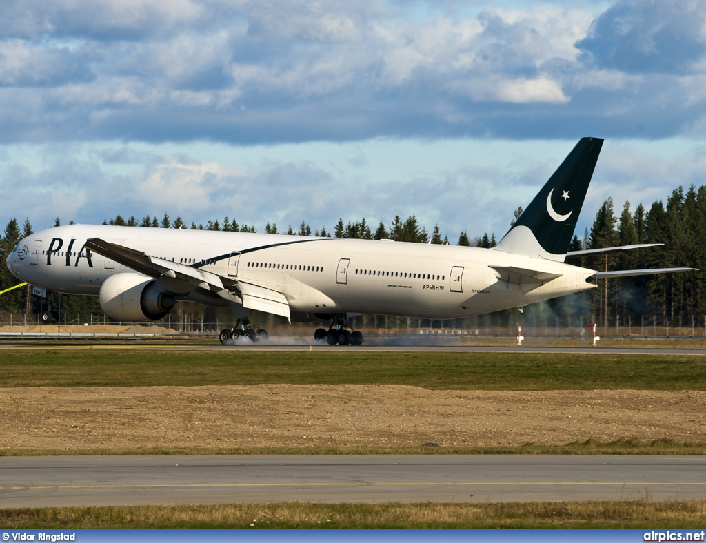 AP-BHW, Boeing 777-300ER, Pakistan International Airlines (PIA)